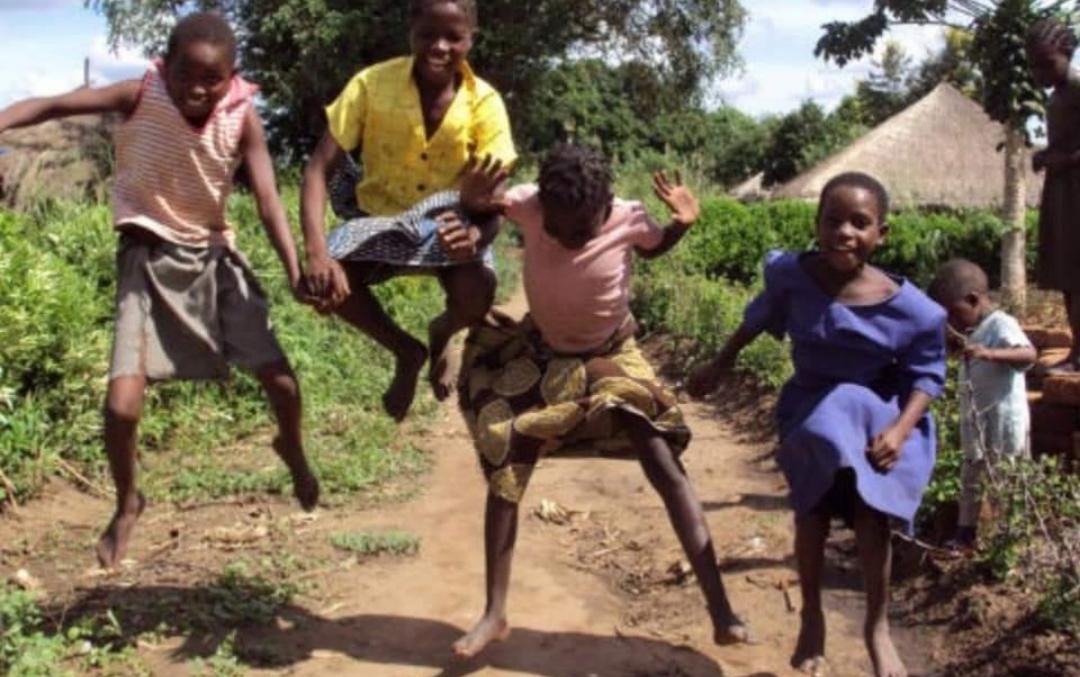 Bambini che saltano felici